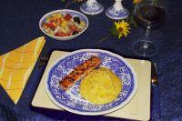 Kürbis-Erdäpfel-Püree mit Lachsfilet und Gemüsesalat